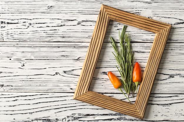 Alecrim e pimenta em uma mesa de madeira