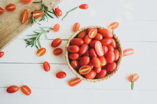 Alecrim e tomate fresco