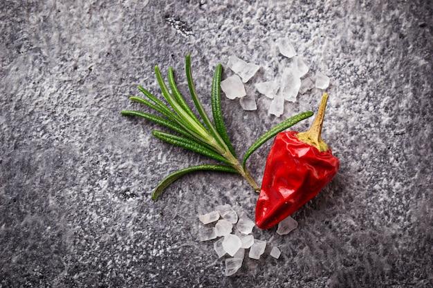Alecrim, sal marinho e pimenta vermelha.