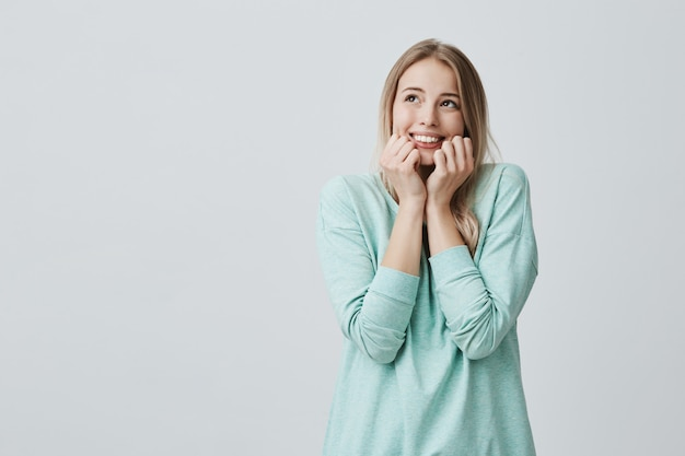 Alegre animado espantado alegre mulher com cabelos loiros tingidos, vestido casualmente, expressa agradável. felicidade e surpresa