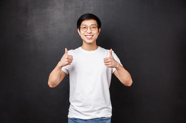 Alegre asiática jovem bonito em óculos de sol em camiseta branca