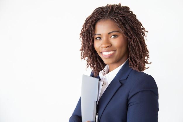 Alegre candidato a emprego amigável segurando documentos