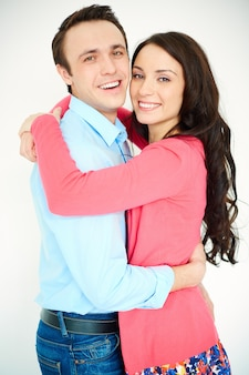 Alegre casal abraçado e sorrindo