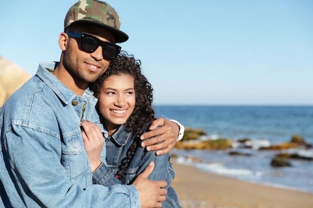 Alegre casal apaixonado africano caminhando ao ar livre