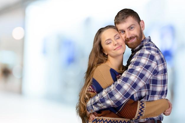 Alegre casal jovem dançando