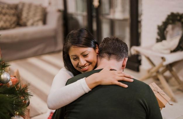 Alegre casal sênior abraçando com carinho