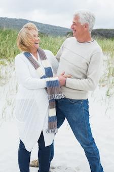 Alegre casal sênior romântico na praia