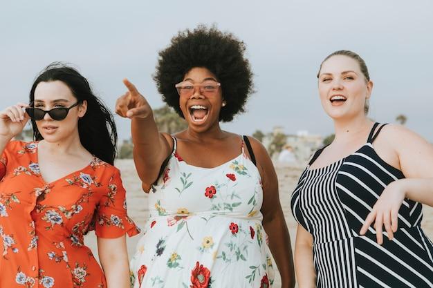 Alegre diversificada plus size mulheres na praia