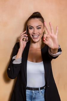Alegre, empreendedor, mostrando, ok, gesto, durante, telefonema