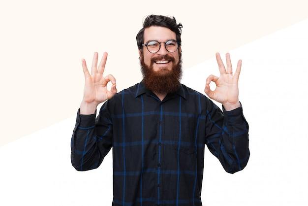 Alegre homem barbudo de óculos e camisa