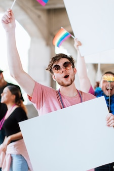 Alegre homem gay em um festival do orgulho