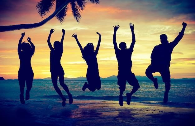 Alegre homens bola em êxtase celebração bola de praia