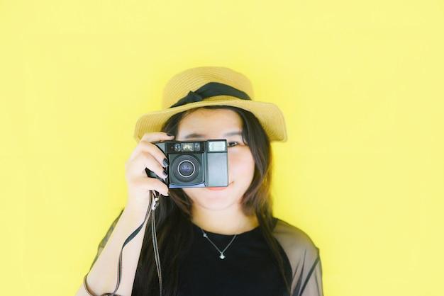 Alegre jovem mulher asiática tirar foto