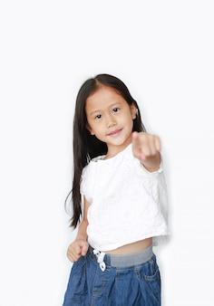 Alegre menina asiática pequena criança apontando