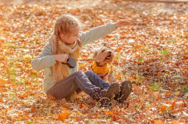 Alegre menina brincando com cachorro