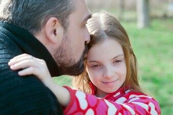 Alegre, menininha, abraçar, dela, pai, e, olhar