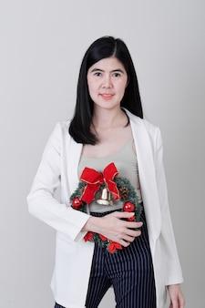 Alegre mulher asiática de natal jovem gesticulando