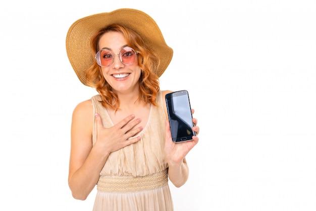 Alegre mulher com cabelo ruivo em sorrisos lindo vestido, imagens isoladas no fundo branco