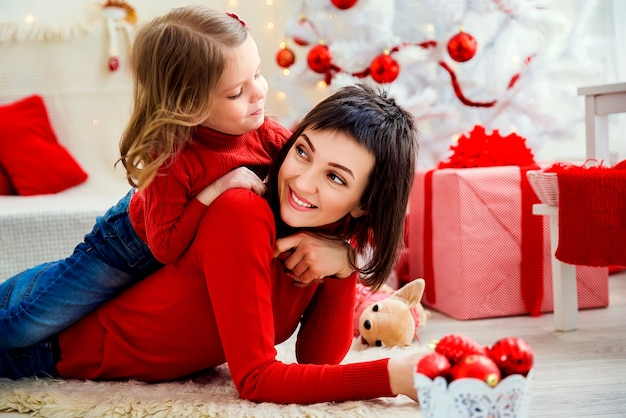 Alegre mulher com filha no natal