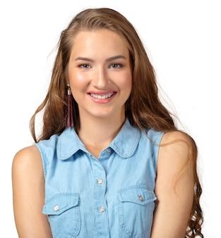 Alegre mulher modelo longo cabelo com permanente