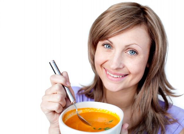 Alegre mulher segurando uma tigela de sopa