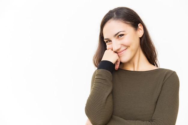 Alegre mulher tímida latina tocando o rosto