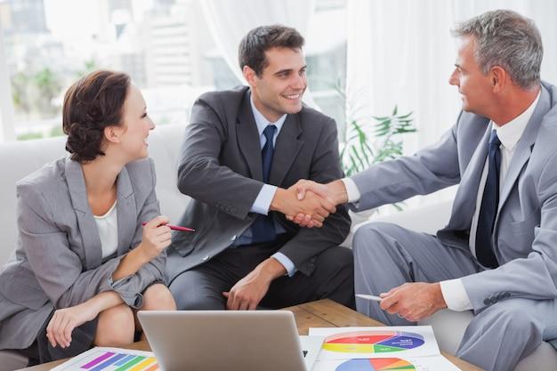 Alegre, pessoas negócio, concordando, ligado, contrato