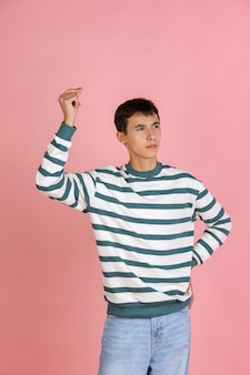 Alegre. retrato de homem bonito caucasiano isolado em rosa