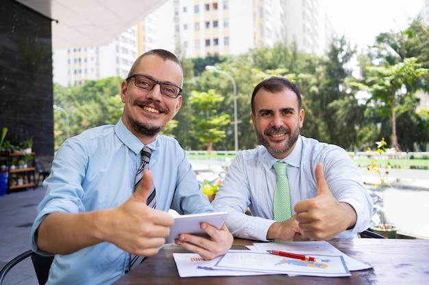 Alegres, animado, homens negócios, mostrando, thumbs-up