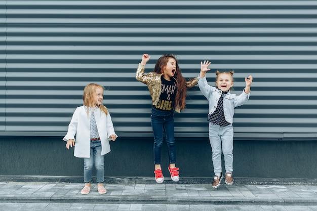 Alegres garotas engraçadas se divertindo e pulando