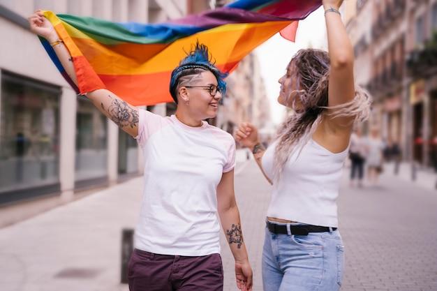 Alegres jovens gays lutando pela igualdade de qualquer sexo e gênero.
