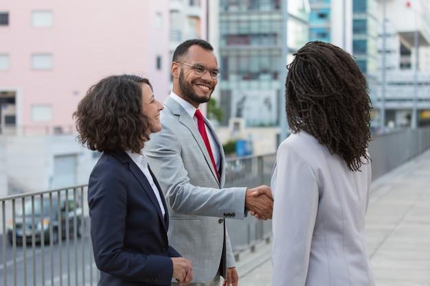 Alegres parceiros satisfeitos, terminando a reunião