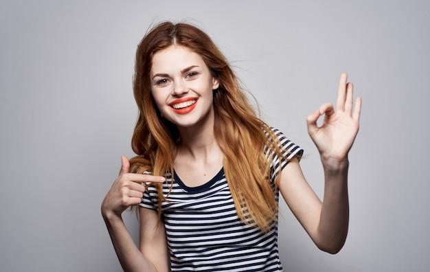 Alegria de penteado de mulher bonita posando de luz de fundo de aparência atraente de moda. foto de alta qualidade
