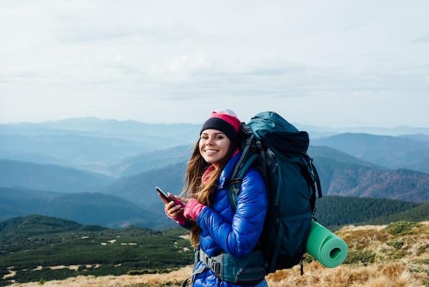Alegria e euforia de viajar para as montanhas.