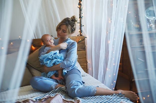 Alegrias da maternidade. jovem linda mãe e seu lindo bebezinho