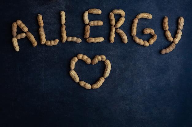 Alergia a nozes assinada com amendoim em um quadro negro