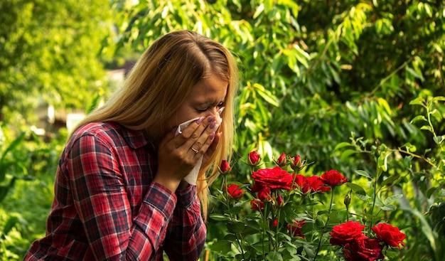 Alergia de menina a flores. natureza. foco seletivo