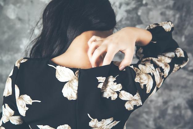 Alergia no pescoço de mulher jovem