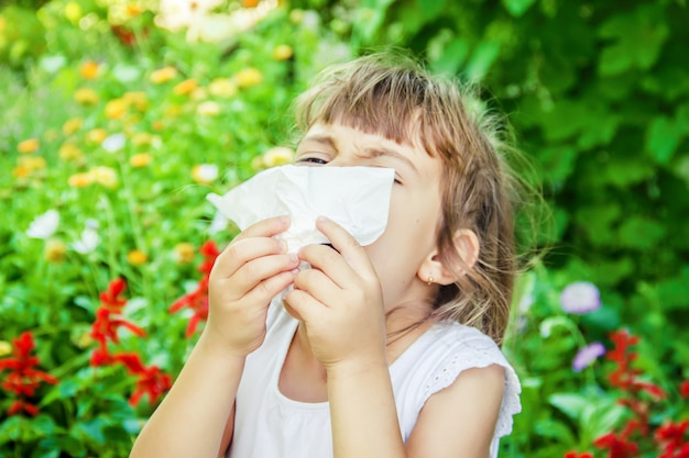 Alergia sazonal em uma criança. coryza foco seletivo. natureza.