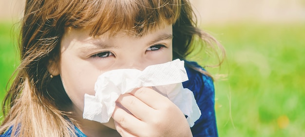 Alergia sazonal em uma criança. coryza foco seletivo.