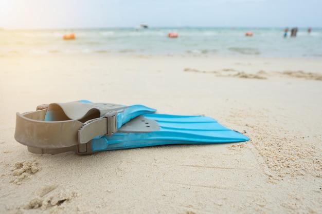 Aletas azuis para mergulhar na praia à beira-mar.