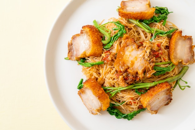 Aletria de arroz frito com barriga de porco crocante
