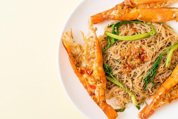 Aletria de arroz frito com camarão de rio