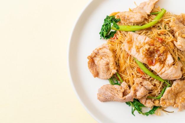 Aletria de arroz frito com carne de porco