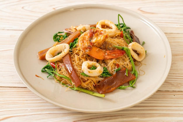 Aletria de arroz frito com mistura de frutos do mar