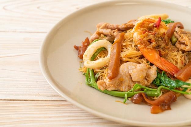 Aletria de arroz frito e água mimosa com mistura de carne
