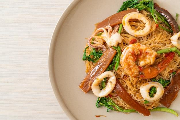 Aletria de arroz frito e água mimosa com mistura de frutos do mar