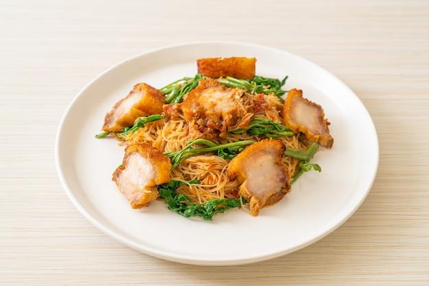 Aletria de arroz frito e mimosa de água com barriga de porco crocante