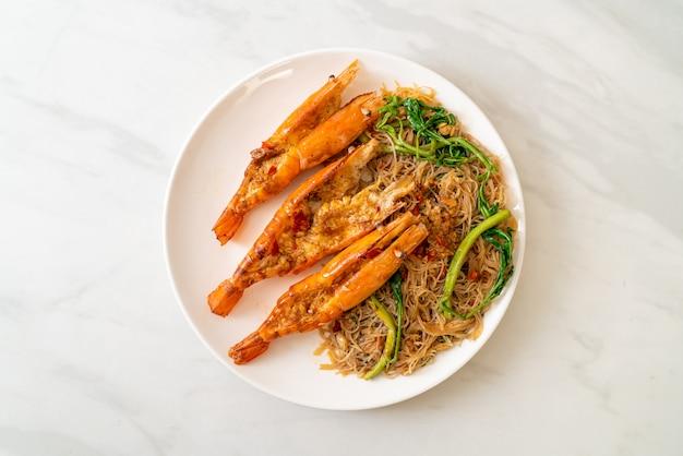Aletria de arroz frito e mimosa de água com camarão de rio