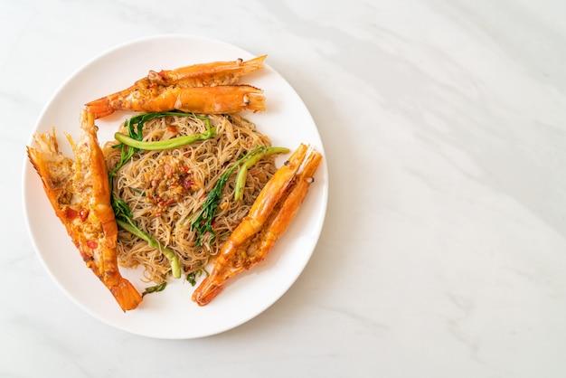 Aletria de arroz frito e mimosa de água com camarões do rio
